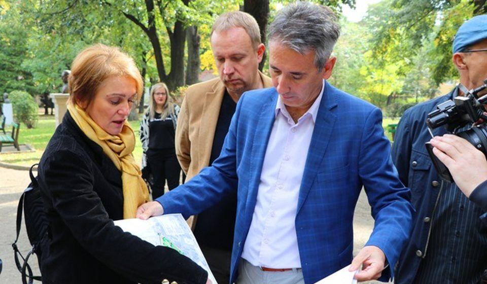 Detalj uoči početka rekonstrukcije parka u oktobru 2019: gradonačelnik Milenković sa saradnicima. Foto Vranje News