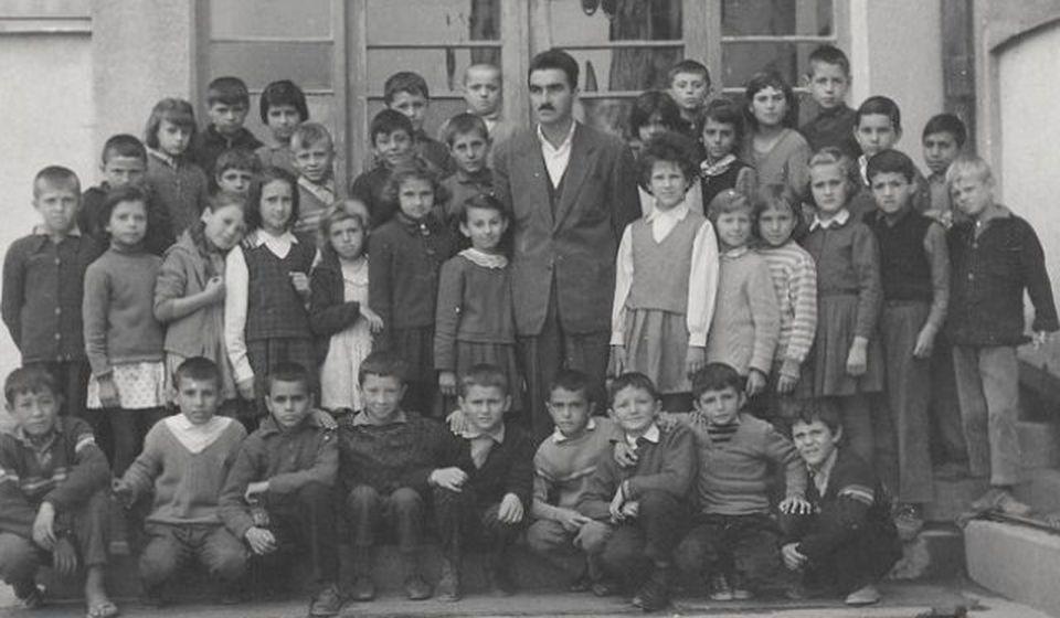 Krampus sa učenicima u OŠ Dositej Obradović (period 1959-1963). Foto Fejsbuk profil Živorada Minića