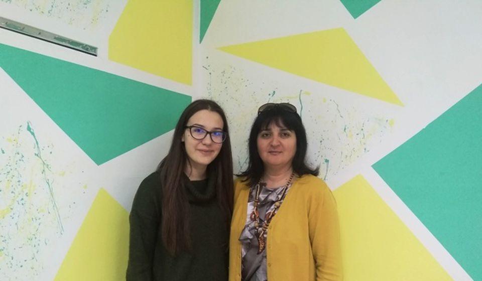 Emilija u društvu profesorke biologije Gordane Nikolić koja pokreće većinu ekoloških akcija u školi. Foto VranjeNews