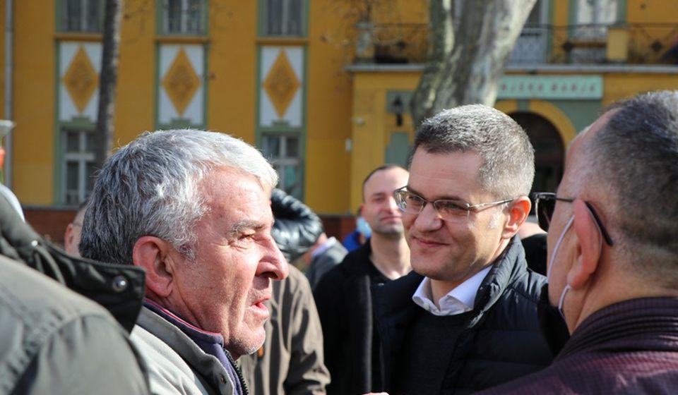 Jeremić u razgovoru sa žitejima Vranjske Banje. Foto Vranje News