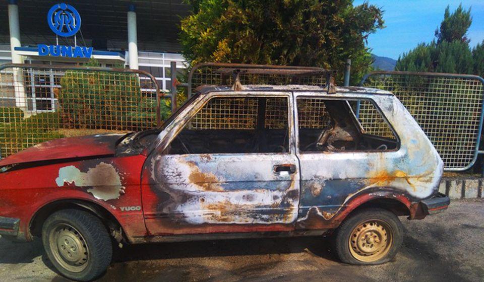 Auto najpre poliven zapaljivom tečnošću. Foto VranjeNews