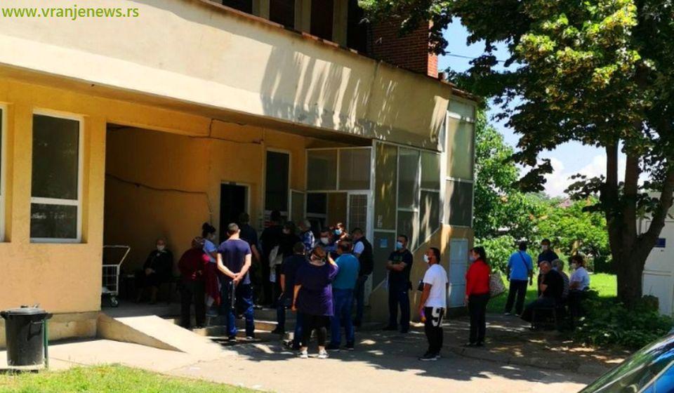 Redovi ispred Infektivnog odeljenja. Foto Vranje News