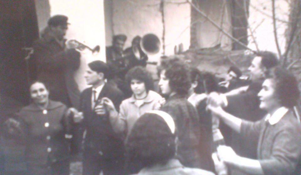 Svadba šezdesetih godina prošlog veka u naselju Tekija u Vranju. Foto Fejsbuk (Marjan Jović)