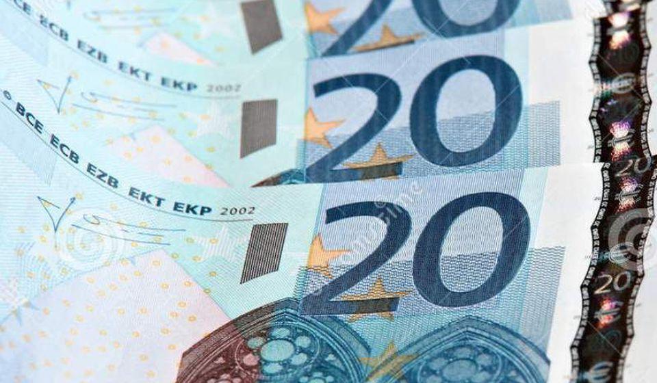 U drugom navratu u novembru biće isplaćeno još 30 ili ukupno 60 evra. Foto dreamstime.com