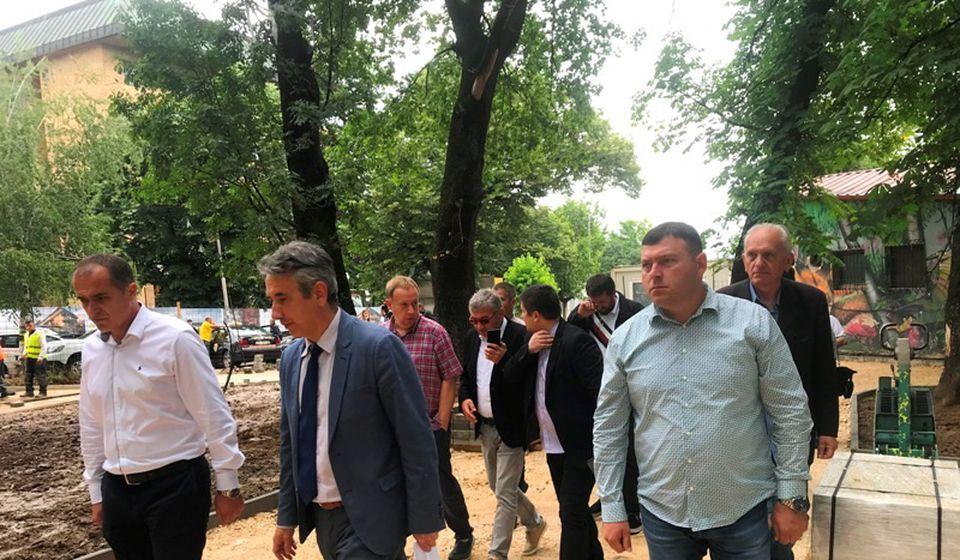 Milenković sa liderom lokalnog SNS-a Slavišom Bulatovićem i predstavnikom izvođača radova. Foto Vranje News