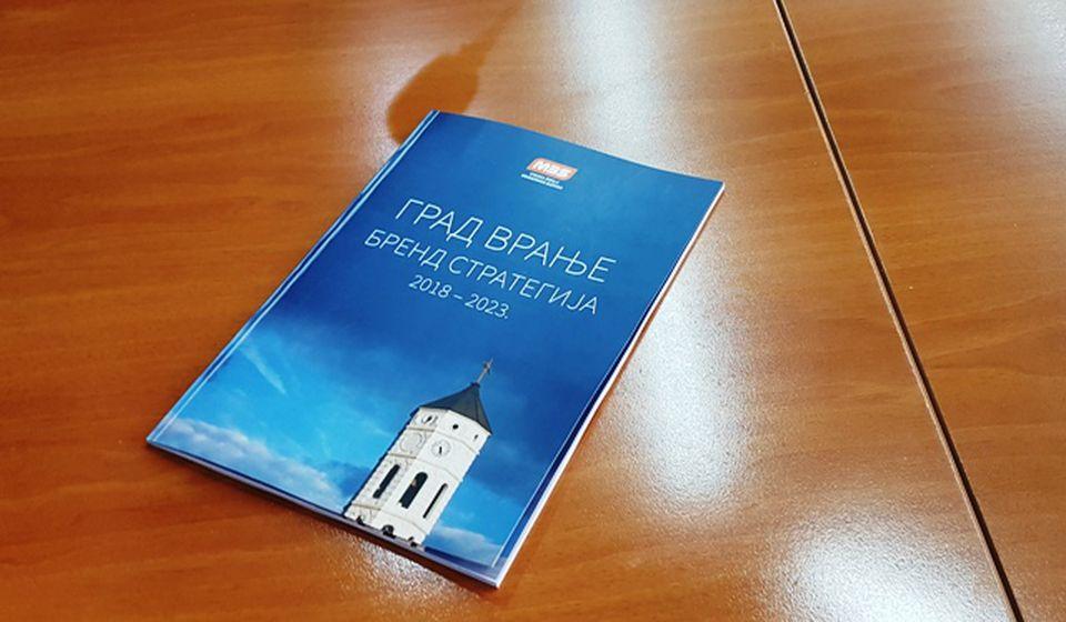 Ovako izgleda štampana verzija Brend strategije Grada Vranja. Foto VranjeNews