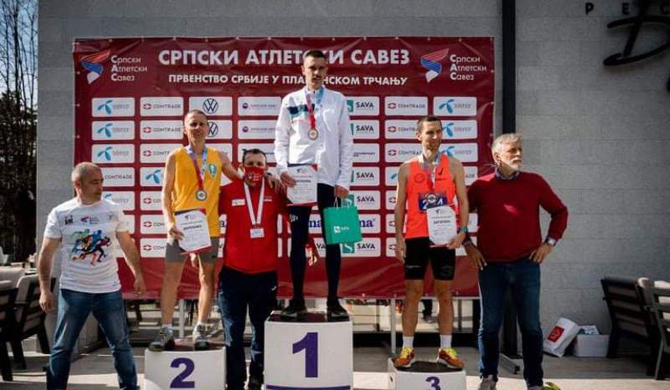 Kristijan Stošić (žuti dres) na pobedničkom postolju. Foto AK Vranjski maratonci