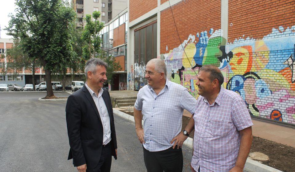 Gradonačelnik Milenković sa predstavnicima JKP Parking servis i izvođača radova. Foto Grad Vranje