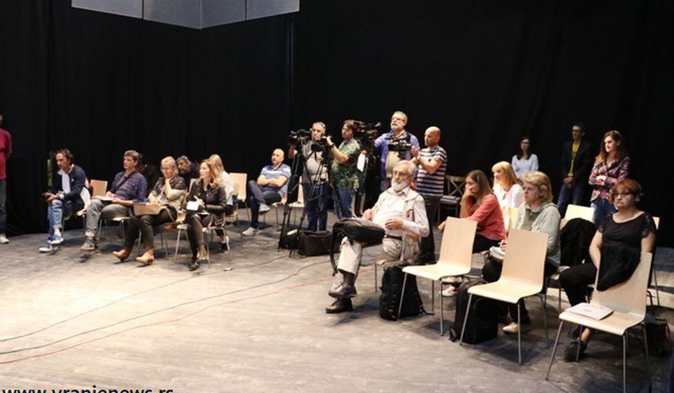 Novinari na velikoj rotacionoj sceni pozorišta. Foto VranjeNews