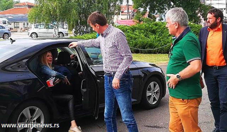 Zoran Zuja Veličković (u zelenoj majci) dočekuje predsednika IO SNS Darka Glišića u Vranju. Foto Vranje News