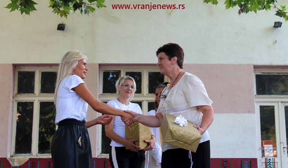 Prošle godine druga na Danima Vranja, sada prvoplasirana: Ljubinka Stevanović iz Hana prima nagradu. Foto VranjeNews