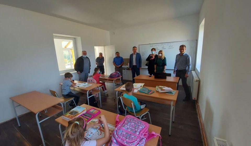 Gradonačelnik sa saradnicima prilikom obilaska škole. Foto vranje.rs