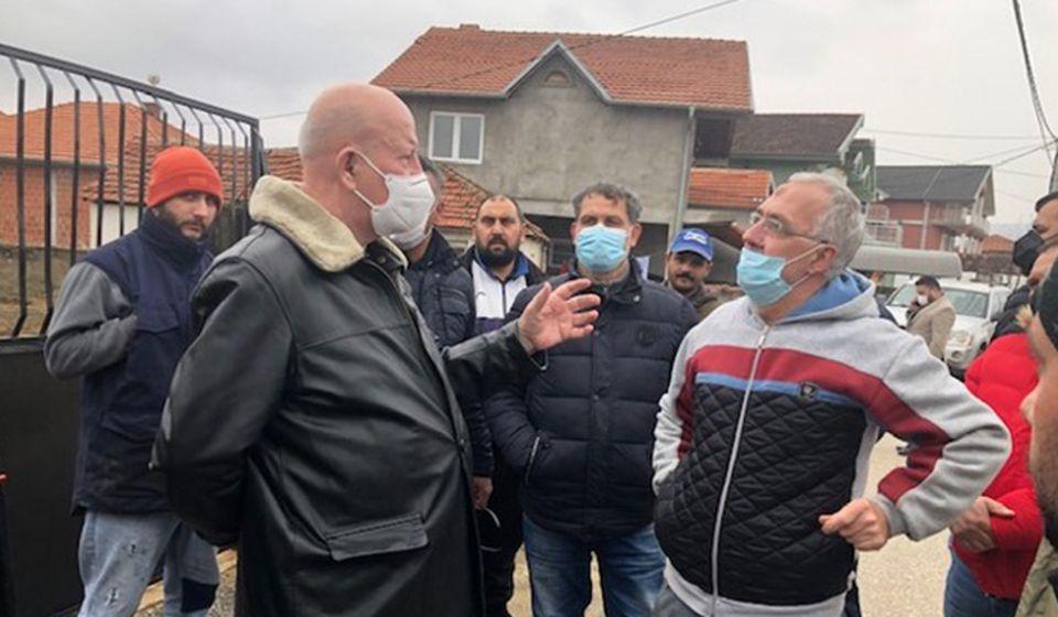 Zoran Stanković sa meštanima opštine Bujanovac koji su pretrpeli štetu od poplava. Foto Koordinaciono telo