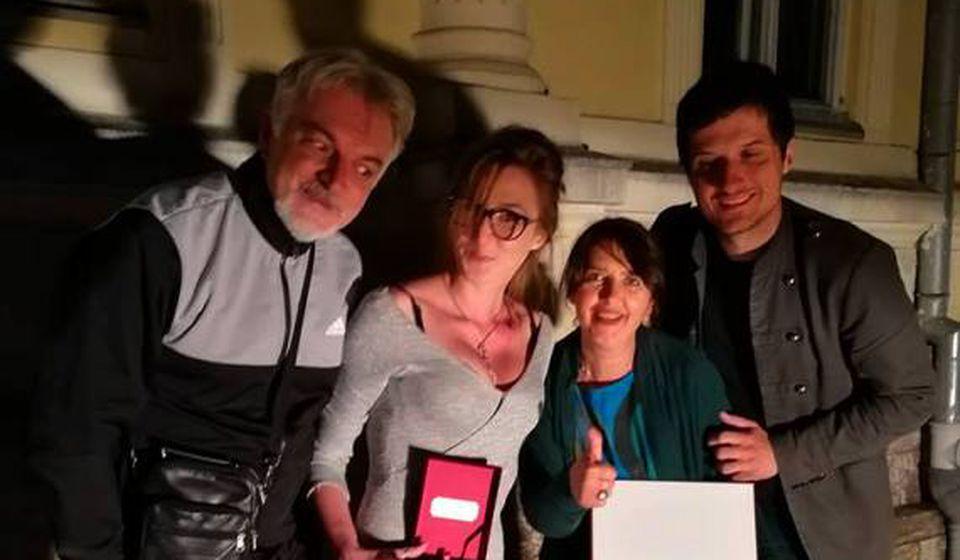 Glumci vranjskog pozorišta sa nagradom za Tijanu Grumić. Foto FB stranica pozorišta