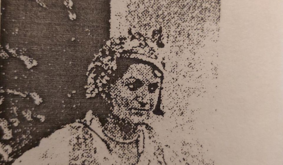 Sa ovakvim kapama gradske žene pojavljivale su se na kostim balovima i manifestacijama. Foto printscreen fotografije iz članka