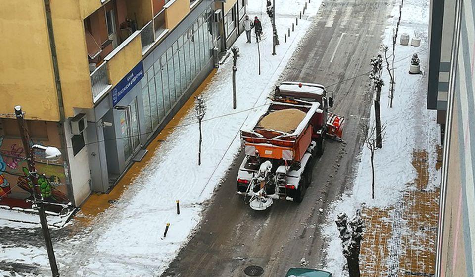 Kamion sa grtalicom čisti ulice Vranja. Foto VranjeNews